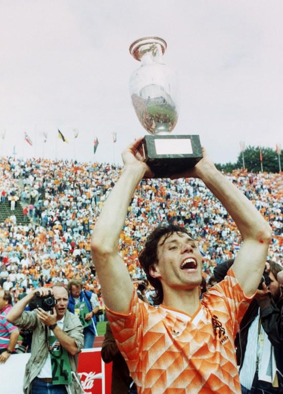 Marco Van Basten nach dem 2:0 Sieg gegen die UdSSR bei der EURO 1988 am 25. Juni 1988 in München.  Gut zu sehen ist die alte Version des Pokals mit dem Marmorsockel! AFP PHOTO