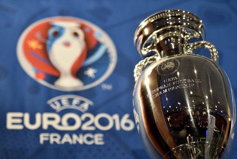 Die Fußball EM 2016 in Frankreich - der Europameisterpokal und das Logo der UEFA EUO 2016 (Foto AFP)