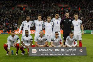 Die englische Fußballnationalmannschaft am 29.März 2016 gegen die Niederlande im neuen Heimtrikot zur EM 2016. (AFP PHOTO / Ian Kington)