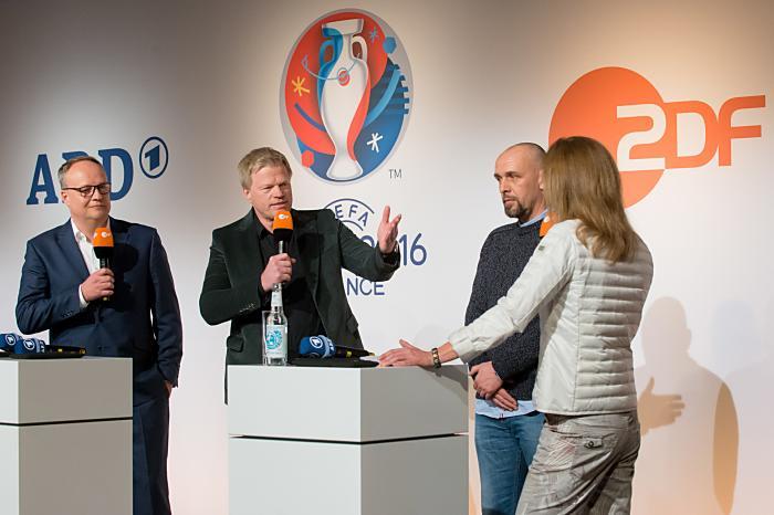 Pressekonferenz der ARD und ZDF: Oliver Welke, Oliver Kahn, Holger Stanislawski, Katrin Müller Hohenstein (Copyright: ZDF/Svea Pietschmann)