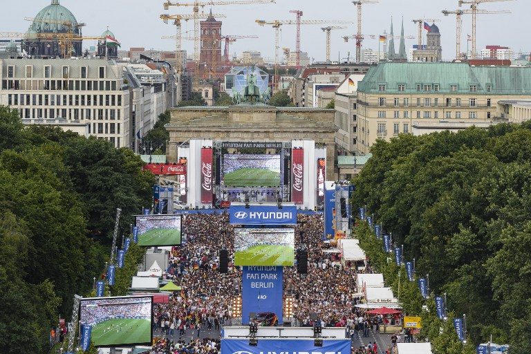 Public Viewing in Berlin zur WM 2014! AFP PHOTO / CLEMENS BILAN