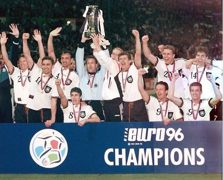 Deutschland wird 1996 Europameister ! Kann Deutschland auch 2016 feiern und den EM-Pokal in die Höhe recken? (ELECTRONIC IMAGE)
