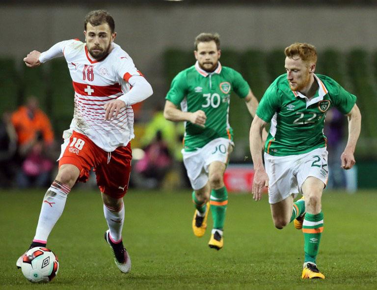 Schweizer Nationalspieler Admir Mehmedi (L) am Ball mit dem irlandischen Mittelfelspieler  Stephen Quinn beim Länderspiel Ireland gegen Schweiz  in Dublin am 25.März.2016. / AFP / PAUL FAITH