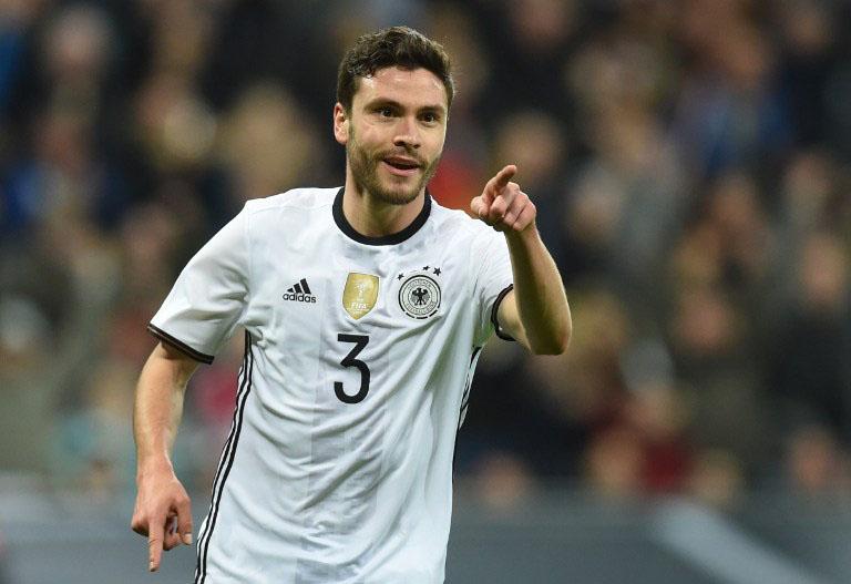 DFB-Spieler Jonas Hector feiert sein Tor bei Sieg gegen Italien(4-1) in München am 29.März.2016 / AFP / CHRISTOF STACHE