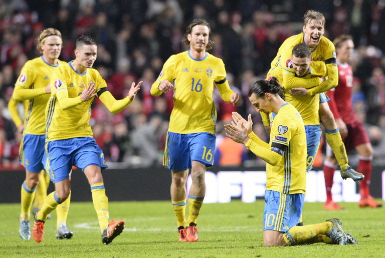 Kapitän Zlatan Ibrahimovic (R) feiert die EM 2016 Qualifikation nach seinem Tor gegen Dänemark am 17.November 2015. AFP PHOTO / JONATHAN NACKSTRAND