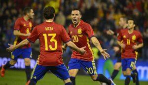 Spaniens Nationalspieler Santi Cazorla (R) freut sich im neuen Spanien Heimtrikot 2016 am 13.November 2015.   AFP PHOTO/ JOSE JORDAN / AFP / JOSE JORDAN