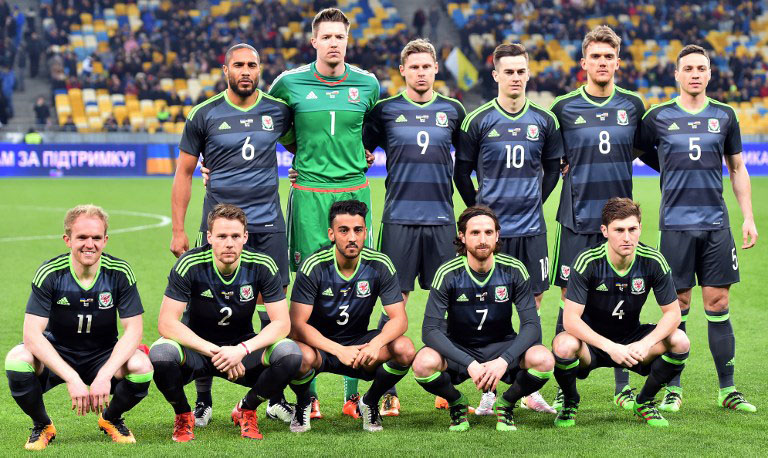 walisische Nationalmannschaft (vorne von links nach rechts) Jonny Williams, Chris Gunter, Neil Taylor, Joe Allen, Ben Davies (hinten von links nach rechts ) Ashley Williams, Wayne Hennessey, Simon Church, Tom Lawrence, r Emyr Huws und James Chester vor dem Freundschaftsspiel gegen Ukraine am 28.März. 2016. / AFP / SERGEI SUPINSKY
