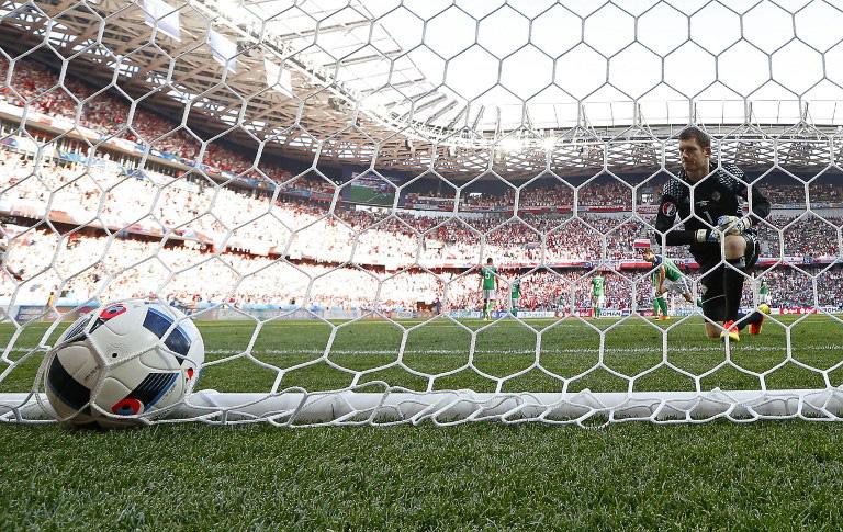 Tor bei der EM 2016 - alle Ergebnisse! Hier: der nordirische Torwart Michael McGovernmuss muss sich Arkadiusz Milik geschlagen geben und greift hinter sich! AFP PHOTO / Valery HACHE