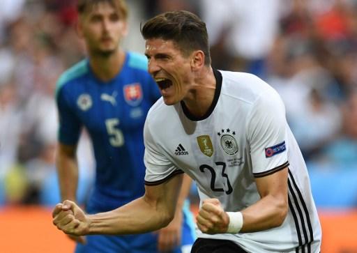 Mario Gomez schießt das 2:0 gegen die Slowakei! / AFP PHOTO / PATRIK STOLLARZ