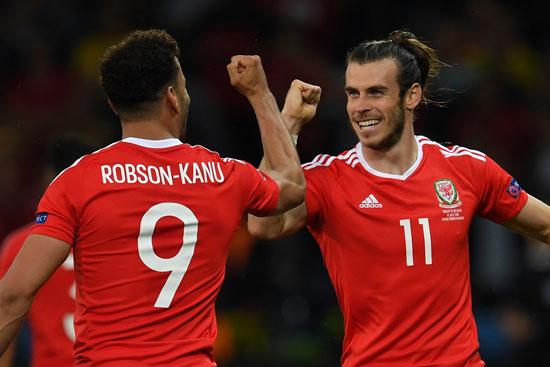 Wales' Stürmer Hal Robson-Kanu (L) mit Gareth Bale (R) feiern das 2:1 gegen Belgien. PAUL ELLIS / AFP