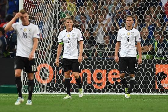 Deutschland scheidet aus! Toni Kroos, Bastian Schweinsteiger und Benedikt Hoewedes nach Abpfiff in Marseille. / AFP PHOTO / PATRIK STOLLARZ