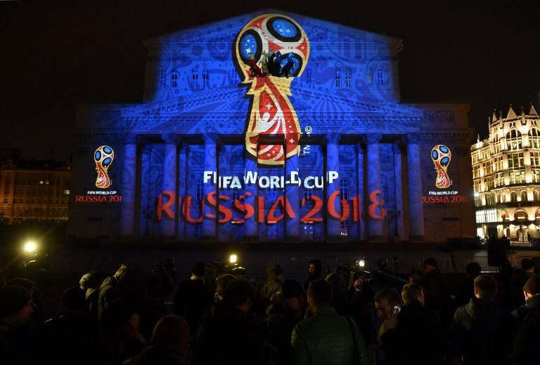 Die Fußball WM 2018 in Russland - das historische Bolshoi Theatre in Moskau wird mit dem offiziellen WM-Emblem der FIFA WM 2018 angestrahlt. AFP PHOTO/KIRILL KUDRYAVTSEV